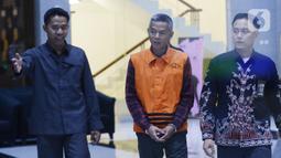 Mantan Komisioner KPU, Wahyu Setiawan dikawal petugas usai menjalani pemeriksaan oleh penyidik di Gedung KPK, Jakarta, Selasa, (21/1/2020). Wahyu Setiawan diperiksa sebagai tersangka terkait kasus dugaan penerimaan hadiah atau janji penetapan anggota DPR Terpilih 2019-2024. (merdeka.com/Dwi Narwoko)