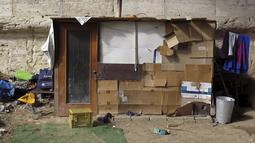 Kondisi sebuah tenda tunawisma terlihat di kawasan permukiman kumuh bawah jembatan di Sungai Tiber, Roma, Italia (13/4). Para tunawisma menggunakan kayu, karton, hingga terpal plastik untuk membuat tenda sebagai tempat tinggalnya. (REUTERS / Max Rossi)