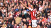Striker Arsenal, Pierre-Emerick Aubameyang, merayakan gol yang dicetaknya ke gawang Brighton pada laga Premier League di Stadion Emirates, London, Minggu (5/5) Kedua klub bermain imbang 1-1. (AFP/Glyn Kirk)