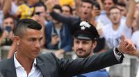 Bintang baru Juventus, Cristiano Ronaldo, menyapa suporter saat tiba untuk menjalani tes kesehatan di area Stadion Allianz, Turin, Senin (17/7/2018). CR 7 hijrah dari Real Madrid ke Juventus. (AFP/Miguel Medina)
