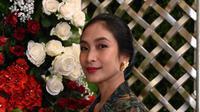 Tak hanya cantik gunakan kebaya Bali, Happy Salma juga cukup sering gunakan kebaya dari daerah lain. (Liputan6.com/IG/@happysalma)