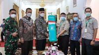 Gubernur Sumbar terima bantuan liquid oksigen dari PT Padang Raya Cakrawala, Kamis (5/8/2021). (Liputan6.com/Dok/ Novia Harlina)