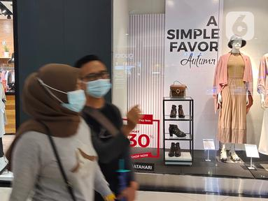 Pengunjung melintas di salah satu pusat perbelanjaan di Tangerang, Jumat, (23/10/2020). Menurut Badan Pusat Statistik (BPS), di sepanjang kuartal III-2020, Indeks Harga Konsumen (IHK) mencatat deflasi tiga bulan berturut-turut. (Liputan6.com/Angga Yuniar)
