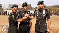 Mayor Inf Agus H Yudhoyono (kanan) bersalam komando dengan Letkol Inf Slamet Supriyanto (kiri) usai sertijab di Markas Yonif Mekanis 203, Tangerang (22/8/2015). Agus resmi menjabat Komandan Batalyon Infanteri Mekanis 203. (Liputan6.com/Helmi Afandi)