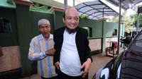 Penyidik KPK, Novel Baswedan (kanan) saat tiba di depan masjid Al-Ikhsan di sekitar kediaman di kawasan Kelapa Gading, Jakarta, Kamis (22/2). Novel kembali dalam proses pemulihan sambil menunggu operasi tahap kedua. (Liputan6.com/Helmi Fithriansyah)
