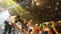 Para personel Jikustik Reunian memberi penghormatan kepada penonton usai menggelar konser di Balai Sarbini, Jumat (19/7).  (Bambang E. Ros/Fimela.com)