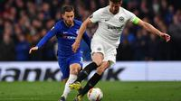 Eden Hazard mencoba merebut bola dari David Abraham pada leg kedua Liga Europa yang berlangsung di Stadion Stamford Bridge, London, Jumat (10/5). Chelsea menang 4-3 atas Eintracht Frankfurt lewat adu penalti. (AFP/Oliver Greenwood)
