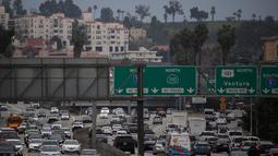 Sejumlah mobil saat melintas di salah satu jalan di Los Angeles California, AS, Selasa (21/2). INRIX, sebuah lembaga penganalisa data kemacetan lalu lintas menyatakan bahwa Los Angeles menjadi kota termacet di dunia. (AFP PHOTO/Justin Sullivan)