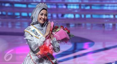 Siti Ashari asal Padang keluar sebagai pemenang Puteri Muslimah Indonesia 2016 dalam malam puncak yang diadakan di Studio 6, Jakarta, Rabu (11/5). Atas kemenangannya, Siti Ashari mendapat hadiah uang tunai sebesar Rp50 juta. (Liputan6.com/Herman Zakharia)