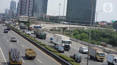 Kendaraan melintasi ruas jalan tol di Jakarta, Kamis (9/7/2020). Menteri Lingkungan Hidup dan Kehutanan, Siti Nurbaya, mengungkapkan pemerintah berencana menarik cukai emisi kendaraan bermotor. (Liputan6.com/Immanuel Antonius)