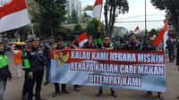 Ratusan pengemudi ojek online atau ojol menggelar aksi unjuk rasa memprotes pernyataan bos taksi Malaysia di depan Gedung Sate, Kota Bandung, Selasa (3/9/2019). (Liputan6.com/Huyogo Simbolon)