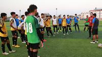 Pelatih Timnas Myanmar U-22, Velizar Popov, saat melatih tim asuhannya di Phnom Penh jelang laga pertama Piala AFF U-22 2019. (Bola.com/Dok. MFF)