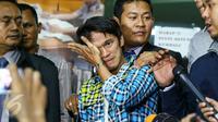 Reza Pahlevi menangis usai melaporkan Indra Bekti ke Polda Metro Jaya, Jakarta, Selasa (2/2).Reza melaporkan Indra Bekti terkait perbuatan cabul anak di bawah umur yang dilakukan pada tahun 2010 hingga 2013. (Liputan6.com/Yoppy Renato)