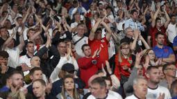 Suporter Inggris bertepuk tangan untuk timnya setelah kalah dari Italia pada pertandingan final Euro 2020 di Stadion Wembley, London, Minggu (11/7/2021). Italia mengalahkan Inggris 3-2 dalam adu penalti setelah pertandingan berakhir dengan skor 1-1. (Carl Recine/Pool Photo via AP)
