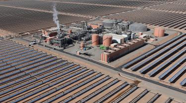 Pandangan udara terlihat hamparan cermin terpasang di area pembangkit listrik tenaga surya Noor 1, Ouarzazate, Maroko, Kamis (4/2). Noor 1 adalah bagian dari proyek pembangkit listrik tenaga surya terbesar di dunia. (AFP/FADEL SENNA)