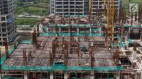 Pekerja menyelesaikan pembangunan Apartemen Meikarta di Cikarang, Kabupaten Bekasi, Jawa Barat, Jumat (12/4). Sejak diluncurkan 17 Agustus 2017 lalu, Meikarta secara cepat melakukan pembangunan dan kini sudah ada 28 tower yang sudah dibangun secara serentak. (Liputan6.com/Johan Tallo)
