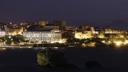 Pusat kota dengan tempat pertemuan G7 Le Bellevue (tengah) di Biarritz, Prancis barat daya (21/8/2019). KTT tahunan negara-negara Kelompok Tujuh (G7) ke-45 akan berlangsung 24 hingga 26 Agustus di resor tepi laut Biarritz, Prancis. (AP Photo/Markus Schreiber)