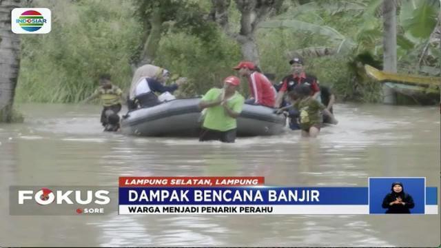 Mereka rela menerjang banjir, demi untuk mengantar para pengungsi ke tempat aman ataupun warga yang akan beraktivitas.