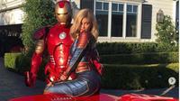 Kylie Jenner dengan kostum Captain Marvel, berfoto bersama Iron Man. (dok.Instagram @kyliejenner/https://www.instagram.com/p/BwtMv6WnDqc/Henry