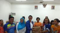 Eko Patrio mengunjungi korban banjir di Kelurahan Bidara Cina, Jakarta Timur, Jum'at (3/1/2020). (Surya Hadiansyah)
