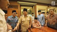Bakal calon Presiden Prabowo Subianto dan Bakal Cawapres Sandiaga Uno saat bertemu dengan Ketua Umum Pengurus Besar Nahdlatul Ulama (PBNU) KH Said Aqil Siroj di kantor PBNU, Jakarta, Kamis (16/8). (Liputan6.com/Faizal Fanani)