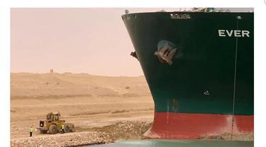 Kontainer di Kanal Suez