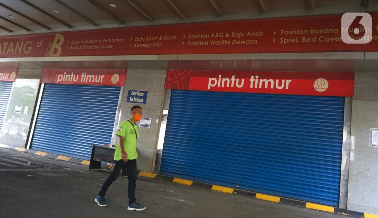 Seorang pria berjalan melewati pertokoan yang tutup di Pasar Tanah Abang, Jakarta, Senin (11/5/2020). Pemerintah Provinsi DKI Jakarta kembali memperpanjang penutupan sementara Pasar Tanah Abang hingga 22 Mei 2020 untuk mencegah penyebaran virus corona COVID-19. (Liputan6.com/Immanuel Antonius)