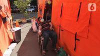Pasien COVID-19 menunggu untuk menjalani perawatan di dalam tenda darurat di RSUD Kota Bekasi, Jawa Barat, Jumat (25/06/2021). Puluhan pasien covid-19 saat ini dirawat dalam tenda darurat karena keterisian tempat tidur yang penuh akibat lonjakan kasus. (merdeka.com/Arie Basuki)