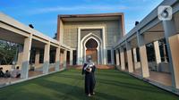 Seorang wanita menggendong bayi saat pelaksanaan salat Idul Adha 1442 H di Masjid Al-Madina Zona Madina, Parung, Bogor, Jawa Barat, Selasa (20/7/2021). Pelaksanaan salat Idul Adha dilakukan dengan menerapkan protokol kesehatan. (merdeka.com/Arie Basuki)
