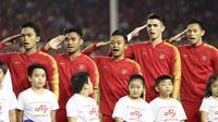 Para pemain Timnas Indonesia U-22 sikap hormat sebelum melawan Vietnam U-22 pada laga final SEA Games 2019 di Stadion Rizal Memorial, Manila, Selasa (10/12). Indonesia kalah 0-3 dari Vietnam. (Bola.com/M Iqbal Ichsan)