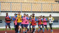 Skuad Persib Bandung saat berlatih di Stadion Gelora Bandung Lautan Api. (Bola.com/Erwin Snaz)