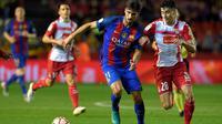 Pemain Barcelona, Andre Gomes, berebut bola dengan pemain Espanyol, Marc Roca (kanan), dalam laga Piala Super Catalunya di Estadio Nou Tarragona, Rabu (26/10/2016) dini hari WIB. (AFP/Lluis Gene)