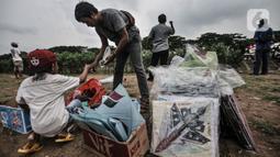 Seorang anak saat membeli layang-layangdi pinggir Kanal Banjir Timur (KBT), Duren Sawit, Jakarta, Senin (19/4/2021). KBT menjadi lokasi favorit warga untuk mengisi waktu menunggu buka puasa atau ngabuburit, salah satunya dengan bermain layang-layang bersama keluarga. (merdeka.com/Iqbal S Nugroho)