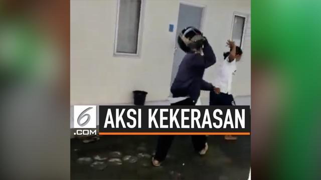 Seorang pria lakukan aksi kekerasan terhadap seorang perempuan. Peristiwa tersebut terjadi akibat korban tidak terima sang Ibu ditabrak oleh pelaku, dan hal itu membuat pelaku marah dan memukul.