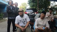 Penyidik senior KPK Novel Baswedan keluar dari rumahnya usai rekontruksi penyiraman air keras terhadap dirinya di Jalan Deposito, Kelapa Gading, Jakarta, Jumat (7/2/2020). Karena alasan kesehatan, Novel Baswedan tidak mengikuti proses rekonstruksi meski berada di rumah (Liputan6.com/Herman Zakharia)