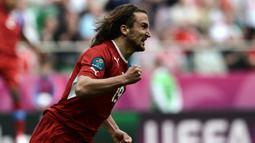 Petr Jiracek mampu mencatatkan gol dengan waktu 2 menit lebih 14 detik. Gol ini membawa Republik Cezka menang atas Yunani dengan skor 2-1 pada Euro 2012. (Foto: AFP/Aris Messinis)