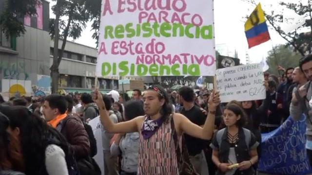 Mahasiswa tuntut peningkatan anggaran pendidikan di Bogota. Aksi berujung ricuh hingga polisi menembakkan gas air mata untuk membubarkan massa.