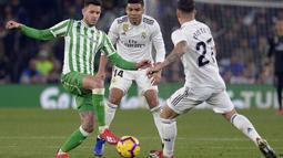 Aksi pemain Real Betis, Tony Sanabria pada laga lanjutan La Liga Spanyol yang berlangsung di stadion Benito Villamarin, Senin (14/1). Real Madrid menang 2-1 atas Real Betis. (AFP/Cristina Quicler)