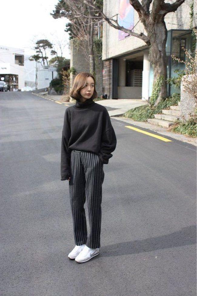 Korean style untuk busana kantor dengan sweater hitam berpotongan tinggi pada leher dipadukan bersama pants motif garis-garis lurus kebawah buat penampilan kamu terlihat menarik. (sumber foto: weheartit.com/pinterest)