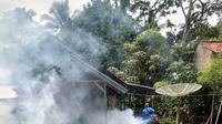 Nampak proses pengasapan atau fogging tengah dilakukan Dinas Kesehatan Kota Tasikmalaya, Jawa Barat (Liputan6.com/Jayadi Supriadin)