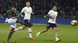 Pemain St-Ettiene, Wahbi Khazri melepaskan tendangan pada laga lanjutan Ligue 1 yang berlangsung di stadion Geoffroy-Guichard, Loire, Senin (18/2). PSG menang 1-0 atas St-Etienne. (AFP/Philippe Kiasek)