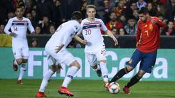 Striker Spanyol, Alvaro Morata, berusaha melepaskan tendangan ke gawang Norwegia pada laga Kualifikasi Piala Eropa 2020 di Stadion Mestalla, Valencia, Sabtu (23/3). Spanyol menang 2-1 atas Norwegia. (AFP/Jose Jordan)