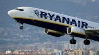 Sebuah pesawat milik maskapai Ryanair, lepas landas dari bandar udara Barcelona. (AFP)