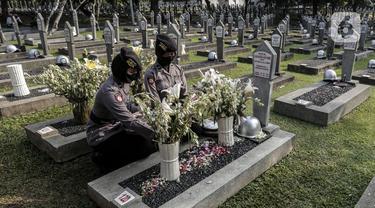 Sejumlah anggota Polri menabur bunga di Taman Makam Pahlawan Nasional Utama (TMPNU) Kalibata, Jakarta, Senin (29/6/2020). Kegiatan tersebut dilakukan dalam rangka rangkaian peringatan HUT ke-74 Bhayangkara yang jatuh pada 1 Juli 2020. (Liputan6.com/Johan Tallo)