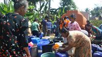 Warga mengantre bantuan air bersih. (Liputan6.com/Muhamad Ridlo).