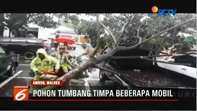 Cuaca buruk menyebabkan pohon tumbang dan menimpa sejumlah mobil di Ambon, Maluku, serta sejumlah jalan amblas.