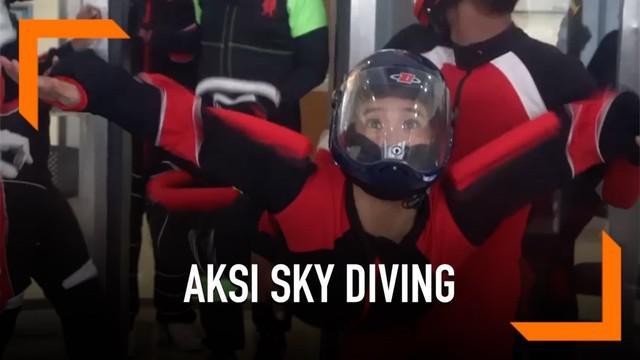 Jajal indoor sky diving di Pusat Pendidikan dan Latihan Pasukan Khusus Batujajar, Bandung, Jawa Barat. Olivia mendapat arahan penerjun payung wanita yang sudah mendunia, Naila Novaranti.