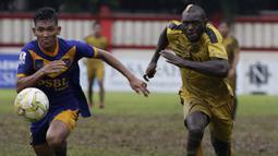 Striker Bhayangkara FC, Herman Dzumafo, beradu cepat saat melawan PSBL Langsa pada Piala Indonesia 2018 di Stadion PTIK, Jakarta, Jumat (1/2). Bhayangkara menang 4-3 atas PSBL. (Bola.com/Yoppy Renato)