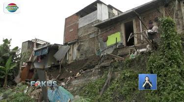 Sejumlah rumah di Kota Cimahi, Jawa Barat, rusak berat dan terancam roboh akibat tanah longsor. Bencana tanah longsor terjadi akibat hujan deras.
