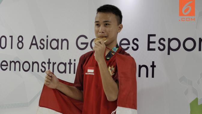 Ridel Yesaya Sumarandak melakukan selebrasi usai menjuarai  E-Sports dari nomor Clash Royale di BritAma Arena, Jakarta, Senin, (27/8/2018). Ridel mencatat rekor sebagai peraih medali emas termuda di Asian Games 2018. (Bola.com/Vascal Sapta Hadi)